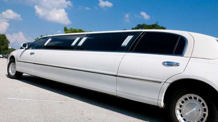 En lang klassisk hvid limousine