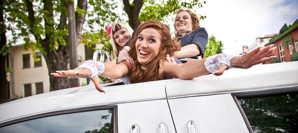 Konfirmationskørsel i en flot hvid limousine